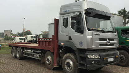 Xe tải chở máy công trình