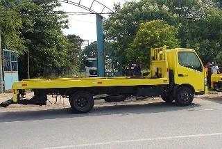 Xe kéo chở xe màu vàng