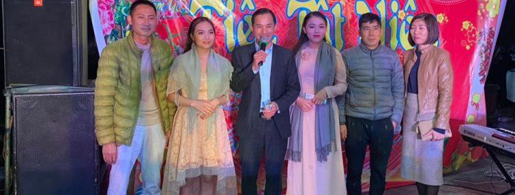 Ca sỹ khác mời và CBCNV chụp ảnh kỷ niệm