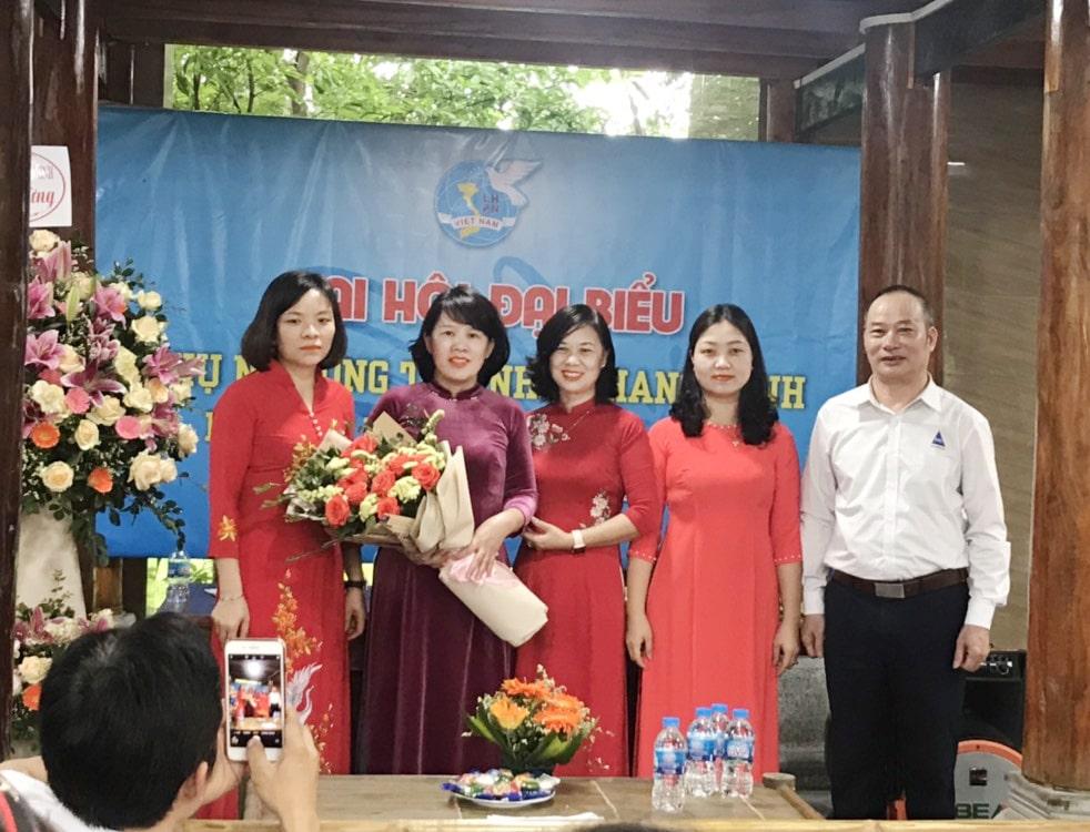 Đại diện Huyện cùng đại diện BLĐ công ty chúc mừng ban thường vụ nhiệm kì mới